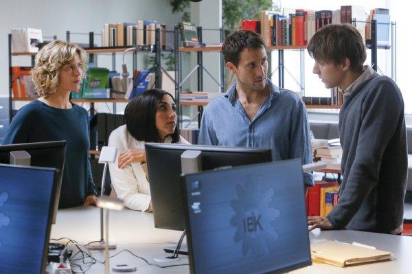 Dr. Katrin Stoll (Valerie Niehaus, l.), Samira Vaziri (Narges Rashidi, 2.v.l.), Mirko Kiefer (David Rott, 2.v.r.) und Jannik Meissner (Merlin Rose, r.) besprechen die Lage bei der IEK.